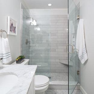 Неиссякаемый источник вдохновения для домашнего уюта: маленькая главная ванная комната в современном стиле с фасадами в стиле шейкер, белыми фасадами, душем в нише, унитазом-моноблоком, плиткой мозаикой, белыми стенами, врезной раковиной, мраморным полом, мраморной столешницей, серым полом, душем с распашными дверями и серой столешницей