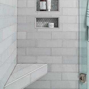 Idéer för att renovera ett litet funkis en-suite badrum, med skåp i shakerstil, vita skåp, en dusch i en alkov, en toalettstol med hel cisternkåpa, vita väggar, ett undermonterad handfat, grå kakel, marmorgolv, grått golv och dusch med gångjärnsdörr