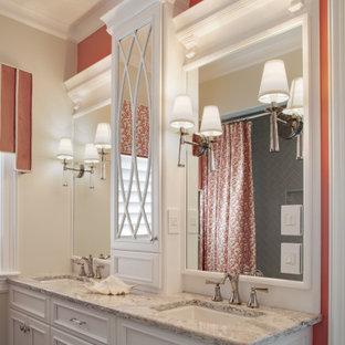 Immagine di una grande stanza da bagno con doccia tradizionale con ante bianche, vasca/doccia, piastrelle grigie, piastrelle di vetro, pavimento in gres porcellanato, lavabo sottopiano, top in quarzo composito, pavimento grigio, doccia con tenda, top grigio, ante con riquadro incassato, pareti arancioni, due lavabi e mobile bagno incassato