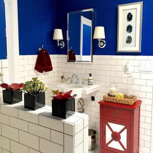 Esempio di una stanza da bagno con doccia tradizionale di medie dimensioni con ante di vetro, ante rosse, vasca ad alcova, vasca/doccia, piastrelle bianche, piastrelle diamantate, pareti blu, pavimento con piastrelle in ceramica, lavabo a colonna, top in superficie solida, pavimento bianco e doccia con tenda
