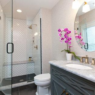 シカゴの小さいカントリー風おしゃれなバスルーム (浴槽なし) (グレーのキャビネット、分離型トイレ、ベージュの壁、セラミックタイルの床、アンダーカウンター洗面器、オニキスの洗面台、茶色い床、開き戸のシャワー、グレーの洗面カウンター、家具調キャビネット、アルコーブ型シャワー、白いタイル、セラミックタイル、シャワーベンチ、独立型洗面台、壁紙、洗面台1つ) の写真