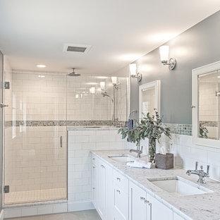デトロイトの中サイズのトラディショナルスタイルのおしゃれなマスターバスルーム (シェーカースタイル扉のキャビネット、白いキャビネット、一体型トイレ、白いタイル、サブウェイタイル、グレーの壁、セラミックタイルの床、アンダーカウンター洗面器、珪岩の洗面台) の写真