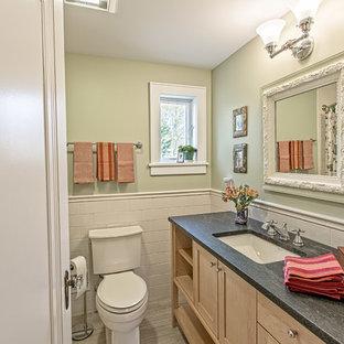 Esempio di una stanza da bagno con doccia american style di medie dimensioni con ante in stile shaker, ante in legno chiaro, vasca ad alcova, vasca/doccia, WC monopezzo, piastrelle bianche, piastrelle diamantate, pareti verdi, pavimento in vinile, lavabo sottopiano e top in legno