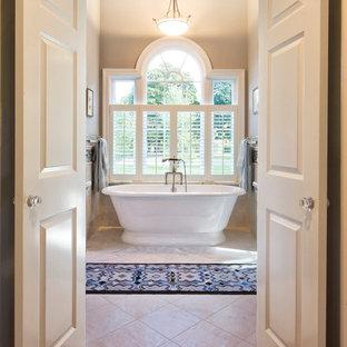 Esempio di un'ampia stanza da bagno padronale chic con vasca freestanding, pareti grigie, pavimento in marmo, ante con finitura invecchiata, piastrelle grigie, piastrelle di marmo, top in marmo e top grigio