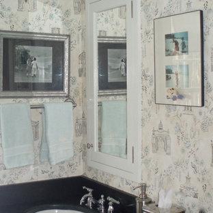 Foto di una stanza da bagno per bambini di medie dimensioni con lavabo sottopiano, ante con riquadro incassato, ante bianche, top in zinco, vasca ad alcova, WC a due pezzi, pareti multicolore e pavimento con piastrelle in ceramica