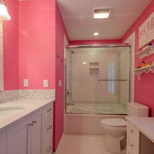 Ispirazione per una stanza da bagno per bambini chic di medie dimensioni con lavabo da incasso, ante lisce, ante in legno scuro, top in quarzo composito, doccia ad angolo, WC monopezzo, piastrelle multicolore, piastrelle di vetro, pareti rosa e pavimento con piastrelle in ceramica