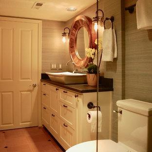 ポートランドの小さいトランジショナルスタイルのおしゃれな浴室 (インセット扉のキャビネット、白いキャビネット、アルコーブ型シャワー、一体型トイレ、オレンジのタイル、セラミックタイル、グレーの壁、セラミックタイルの床、ベッセル式洗面器、御影石の洗面台、オレンジの床、開き戸のシャワー、黒い洗面カウンター) の写真