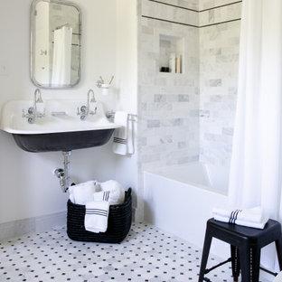 Klassisk inredning av ett litet badrum för barn, med ett badkar i en alkov, en dusch/badkar-kombination, vit kakel, marmorkakel, vita väggar, marmorgolv, ett avlångt handfat, vitt golv och dusch med duschdraperi