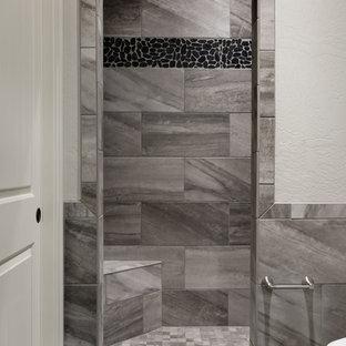 Mittelgroßes Modernes Duschbad mit Duschnische, schwarz-weißen Fliesen, Kieselfliesen, weißer Wandfarbe, Porzellan-Bodenfliesen, schwarzem Boden und offener Dusche in Sonstige