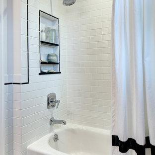 Esempio di una piccola stanza da bagno american style con lavabo sottopiano, ante in stile shaker, ante bianche, top in quarzo composito, vasca ad alcova, vasca/doccia, WC a due pezzi, piastrelle bianche, piastrelle in ceramica, pareti bianche e pavimento con piastrelle in ceramica