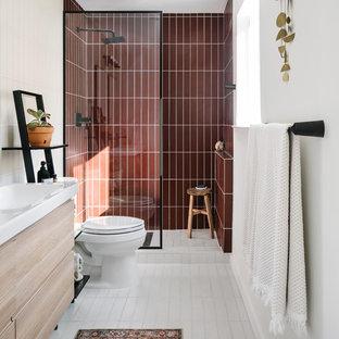 На фото: ванная комната в стиле модернизм с красными стенами, полом из керамической плитки и белым полом с
