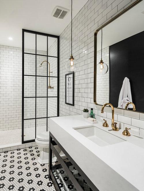 Salle de bain avec un wc s par et un mur noir photos et for Salle de bain avec wc separe