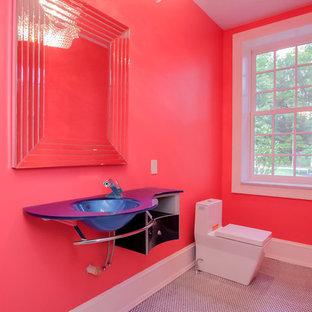 Foto di una grande stanza da bagno minimalista con lavabo sottopiano, top in vetro, WC monopezzo, pareti rosse e pavimento con piastrelle a mosaico