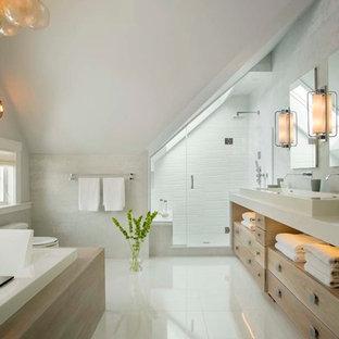 Idéer för ett stort maritimt beige en-suite badrum, med ett avlångt handfat, skåp i ljust trä, ett platsbyggt badkar, en dusch i en alkov, vit kakel, öppna hyllor, en toalettstol med hel cisternkåpa, porslinskakel, grå väggar, bänkskiva i kvarts, vitt golv och dusch med gångjärnsdörr