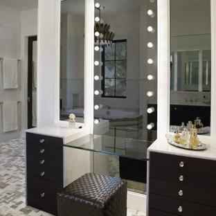 フェニックスの巨大なトランジショナルスタイルのおしゃれなマスターバスルーム (落し込みパネル扉のキャビネット、黒いキャビネット、置き型浴槽、ダブルシャワー、ビデ、白いタイル、大理石タイル、白い壁、大理石の床、オーバーカウンターシンク、大理石の洗面台、マルチカラーの床、オープンシャワー、白い洗面カウンター、ニッチ、洗面台2つ、造り付け洗面台、格子天井、パネル壁) の写真