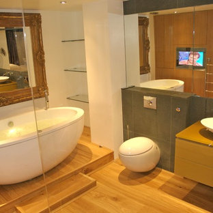 Ispirazione per una stanza da bagno minimalista con lavabo a bacinella, vasca freestanding e WC sospeso