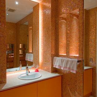 Diseño de cuarto de baño con ducha, actual, con armarios con paneles lisos, baldosas y/o azulejos naranja, baldosas y/o azulejos en mosaico, parades naranjas y lavabo encastrado