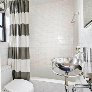 Ejemplo de cuarto de baño contemporáneo, pequeño, con lavabo suspendido, combinación de ducha y bañera, sanitario de una pieza, baldosas y/o azulejos blancos, paredes blancas, suelo con mosaicos de baldosas, bañera empotrada, baldosas y/o azulejos de cemento, encimera de vidrio, suelo azul y ducha con cortina