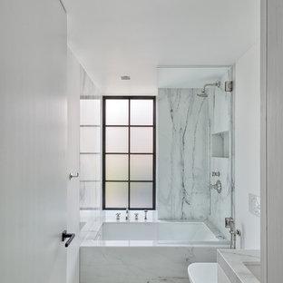 Пример оригинального дизайна: маленькая ванная комната в современном стиле с белыми фасадами, ванной в нише, инсталляцией, белой плиткой, плиткой из листового камня, белыми стенами, полом из терраццо, душевой кабиной, врезной раковиной, столешницей терраццо, белым полом и белой столешницей