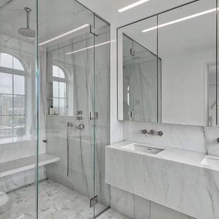 Ispirazione per una piccola stanza da bagno con doccia contemporanea con ante bianche, vasca freestanding, doccia alcova, piastrelle bianche, lastra di pietra, pareti bianche, pavimento alla veneziana, lavabo sottopiano, top alla veneziana, pavimento bianco, porta doccia scorrevole e top bianco