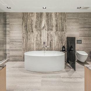 Idee per una grande stanza da bagno padronale contemporanea con ante in legno chiaro, vasca freestanding, doccia alcova, WC sospeso, piastrelle grigie, pareti grigie, pavimento in marmo, top in onice, pavimento grigio, porta doccia a battente e top grigio