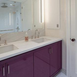 Inspiration pour une salle de bain principale design de taille moyenne avec un WC à poser, un carrelage blanc, un mur blanc, un sol en carrelage de terre cuite, un lavabo encastré, un plan de toilette en marbre, un placard à porte plane, des portes de placard violettes, du carrelage en marbre, un sol blanc et un plan de toilette blanc.