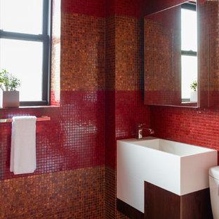На фото: ванная комната в современном стиле с подвесной раковиной, плоскими фасадами, белыми фасадами, красной плиткой, плиткой мозаикой и красными стенами с