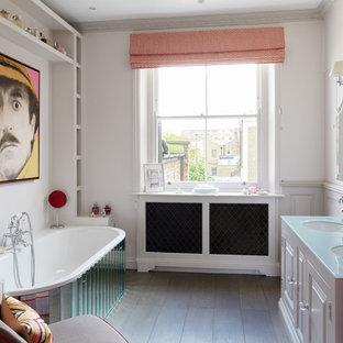 Foto di una stanza da bagno padronale boho chic di medie dimensioni con ante con bugna sagomata, ante bianche, vasca da incasso, pareti bianche, pavimento in legno massello medio, lavabo sottopiano, vasca/doccia e top in vetro