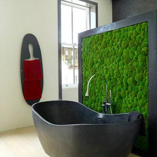 Exemple d'une grand salle de bain principale tendance avec une baignoire indépendante, un mur blanc, un sol en bois clair, un placard à porte vitrée, des portes de placard rouges, une douche ouverte, un WC suspendu, un lavabo suspendu, un plan de toilette en surface solide, un sol beige, aucune cabine et un plan de toilette rouge.