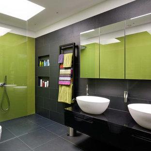Idee per una grande stanza da bagno padronale minimal con lavabo a bacinella, ante nere, doccia aperta, doccia aperta, top nero, ante lisce, WC sospeso, piastrelle grigie, piastrelle in ardesia, pareti verdi, pavimento in ardesia, top in superficie solida e pavimento grigio