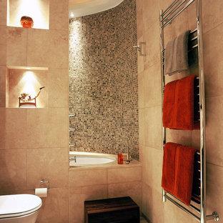 Стильный дизайн: маленькая детская ванная комната в современном стиле с плоскими фасадами, темными деревянными фасадами, накладной ванной, душем над ванной, инсталляцией, бежевой плиткой, плиткой из известняка, бежевыми стенами, полом из известняка, настольной раковиной, столешницей из известняка, бежевым полом, открытым душем и бежевой столешницей - последний тренд