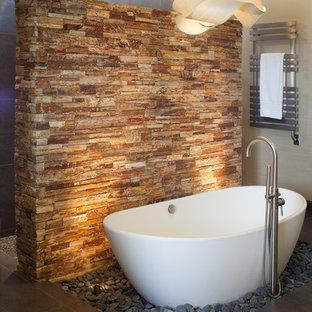 Imagen de cuarto de baño asiático con bañera exenta