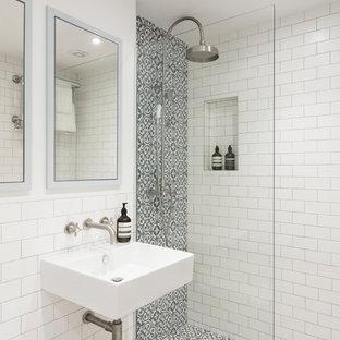 Immagine di una piccola stanza da bagno con doccia contemporanea con doccia aperta, piastrelle bianche, pareti bianche, pavimento in cementine, lavabo sospeso, porta doccia a battente, piastrelle diamantate e pavimento beige