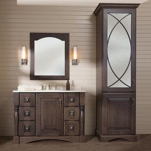 Idee per una stanza da bagno con doccia tradizionale di medie dimensioni con lavabo sottopiano, ante in legno bruno, top in superficie solida, piastrelle beige, pareti beige, pavimento in sughero, pavimento marrone, top bianco e consolle stile comò