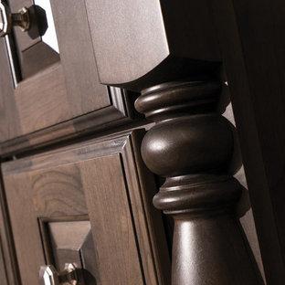 Foto di una stanza da bagno padronale tradizionale di medie dimensioni con consolle stile comò, ante in legno bruno, piastrelle beige, pareti beige, pavimento in sughero, lavabo sottopiano, top in quarzite, pavimento marrone e top beige