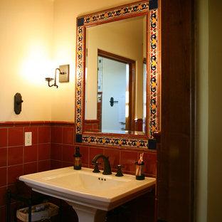 Inspiration för mellanstora medelhavsstil badrum med dusch, med röd kakel, keramikplattor, beige väggar och ett piedestal handfat