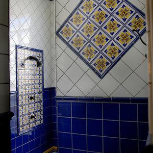 Ejemplo de cuarto de baño principal, mediterráneo, grande, con armarios con paneles con relieve, puertas de armario de madera en tonos medios, bañera encastrada sin remate, baldosas y/o azulejos azules, baldosas y/o azulejos de cerámica, paredes beige, suelo de baldosas de terracota, lavabo bajoencimera, encimera de azulejos, suelo rojo y encimeras naranjas