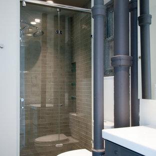Diseño de cuarto de baño industrial con puertas de armario grises, ducha empotrada, sanitario de dos piezas, baldosas y/o azulejos grises, baldosas y/o azulejos de terracota y suelo de baldosas de porcelana