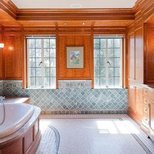 Foto di una stanza da bagno padronale classica di medie dimensioni con ante con bugna sagomata, ante in legno scuro, vasca da incasso, piastrelle blu, piastrelle in travertino, pareti marroni, pavimento con piastrelle in ceramica, lavabo sottopiano, top in quarzo composito e pavimento bianco