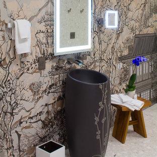 Asiatisches Badezimmer mit Sockelwaschbecken und bunten Wänden in San Francisco