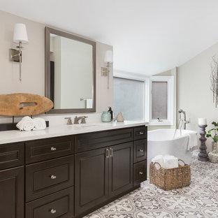 Inspiration för ett mellanstort vintage vit vitt en-suite badrum, med luckor med upphöjd panel, skåp i mörkt trä, ett fristående badkar, grå väggar, ett undermonterad handfat, bänkskiva i kvarts, grått golv och cementgolv