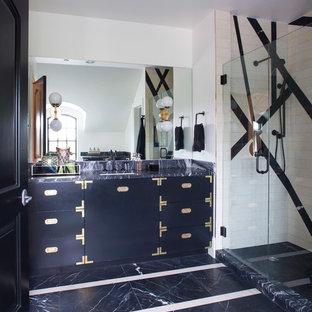 Foto di una stanza da bagno padronale eclettica con ante lisce, ante blu, doccia ad angolo, pistrelle in bianco e nero, piastrelle bianche, pareti bianche, lavabo sottopiano, pavimento blu, porta doccia a battente e top blu