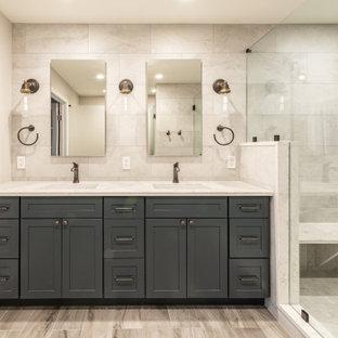 Inspiration för stora klassiska vitt en-suite badrum, med skåp i shakerstil, blå skåp, en öppen dusch, en toalettstol med hel cisternkåpa, vit kakel, porslinskakel, vita väggar, ett undermonterad handfat, bänkskiva i kvartsit, brunt golv och dusch med gångjärnsdörr