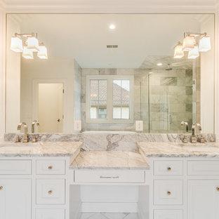 Пример оригинального дизайна: главная ванная комната в стиле современная классика с фасадами в стиле шейкер, белыми фасадами, отдельно стоящей ванной, душем в нише, серой плиткой, металлической плиткой, белыми стенами, мраморным полом, врезной раковиной, мраморной столешницей, серым полом, душем с распашными дверями и серой столешницей