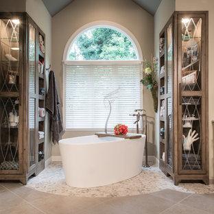 Ejemplo de cuarto de baño rural con bañera exenta, ducha esquinera, paredes grises, suelo de baldosas tipo guijarro y lavabo sobreencimera