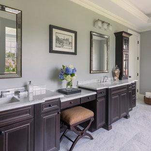 Idee per una grande stanza da bagno padronale chic con ante con bugna sagomata, ante in legno bruno, pavimento con piastrelle in ceramica, top in granito, pareti grigie e lavabo sottopiano
