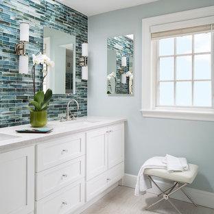 На фото: главные ванные комнаты в стиле современная классика с врезной раковиной, фасадами в стиле шейкер, белыми фасадами, столешницей терраццо, белой плиткой, керамогранитной плиткой, синими стенами и полом из керамогранита