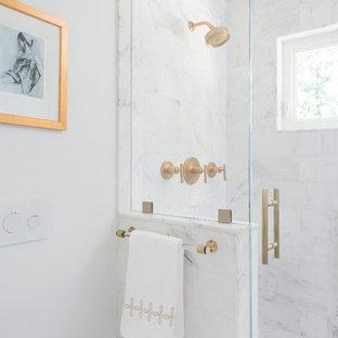 Imagen de cuarto de baño principal, clásico renovado, pequeño, con armarios estilo shaker, puertas de armario blancas, ducha empotrada, sanitario de pared, baldosas y/o azulejos blancos, baldosas y/o azulejos de piedra, paredes blancas, suelo con mosaicos de baldosas, lavabo bajoencimera, encimera de mármol, ducha con puerta con bisagras y suelo blanco