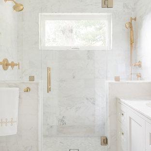 Kleines Klassisches Badezimmer En Suite mit Schrankfronten im Shaker-Stil, Wandtoilette, weißen Fliesen, Steinfliesen, weißer Wandfarbe, Mosaik-Bodenfliesen, Unterbauwaschbecken, Marmor-Waschbecken/Waschtisch, weißen Schränken, Duschnische, Falttür-Duschabtrennung und weißem Boden in Boston