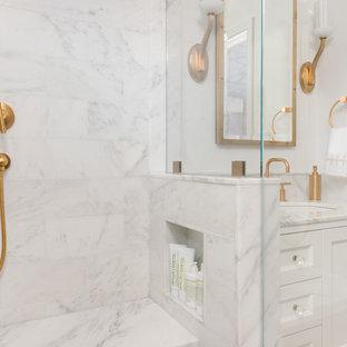 Bild på ett litet vintage en-suite badrum, med skåp i shakerstil, en vägghängd toalettstol, vit kakel, stenkakel, vita väggar, mosaikgolv, ett undermonterad handfat, marmorbänkskiva, vita skåp, en dusch i en alkov, dusch med gångjärnsdörr och vitt golv